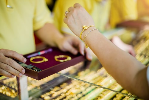 Thailand PM to the people after rush to sell gold: 'Sell gradually' thumbnail